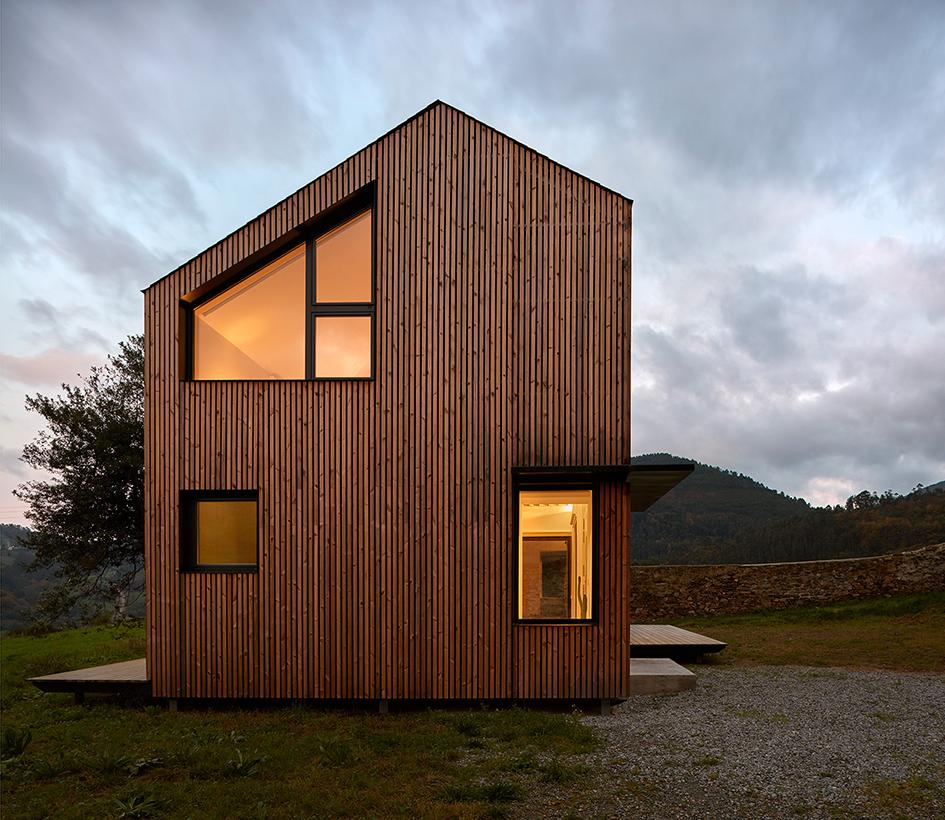 maison préfabriquée en métal et bois