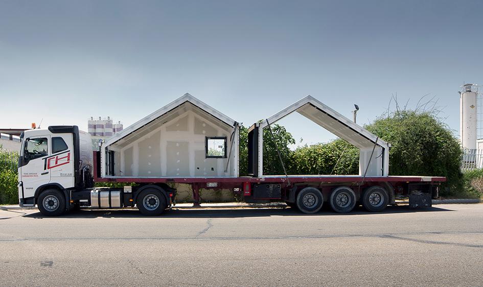 Camion transportant la maison préfabriquée par la route