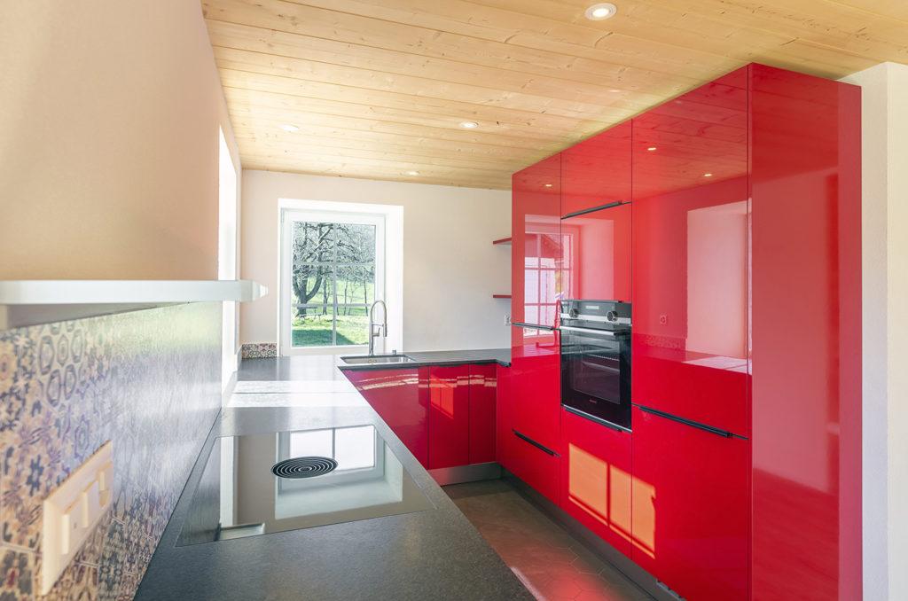 Ferme vaudoise à Vucherens  cuisine rouge Cré'Architecture